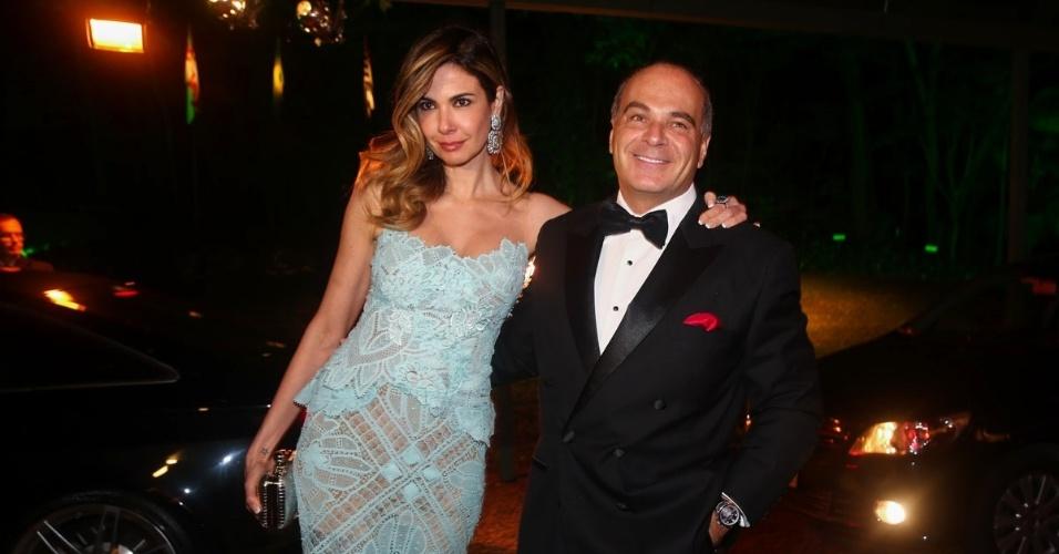29.mai.2014 - Luciana Gimenez e o marido, Marcelo de Carvalho, chegam ao baile de gala promovido pela ONG BrazilFoundation, em São Paulo