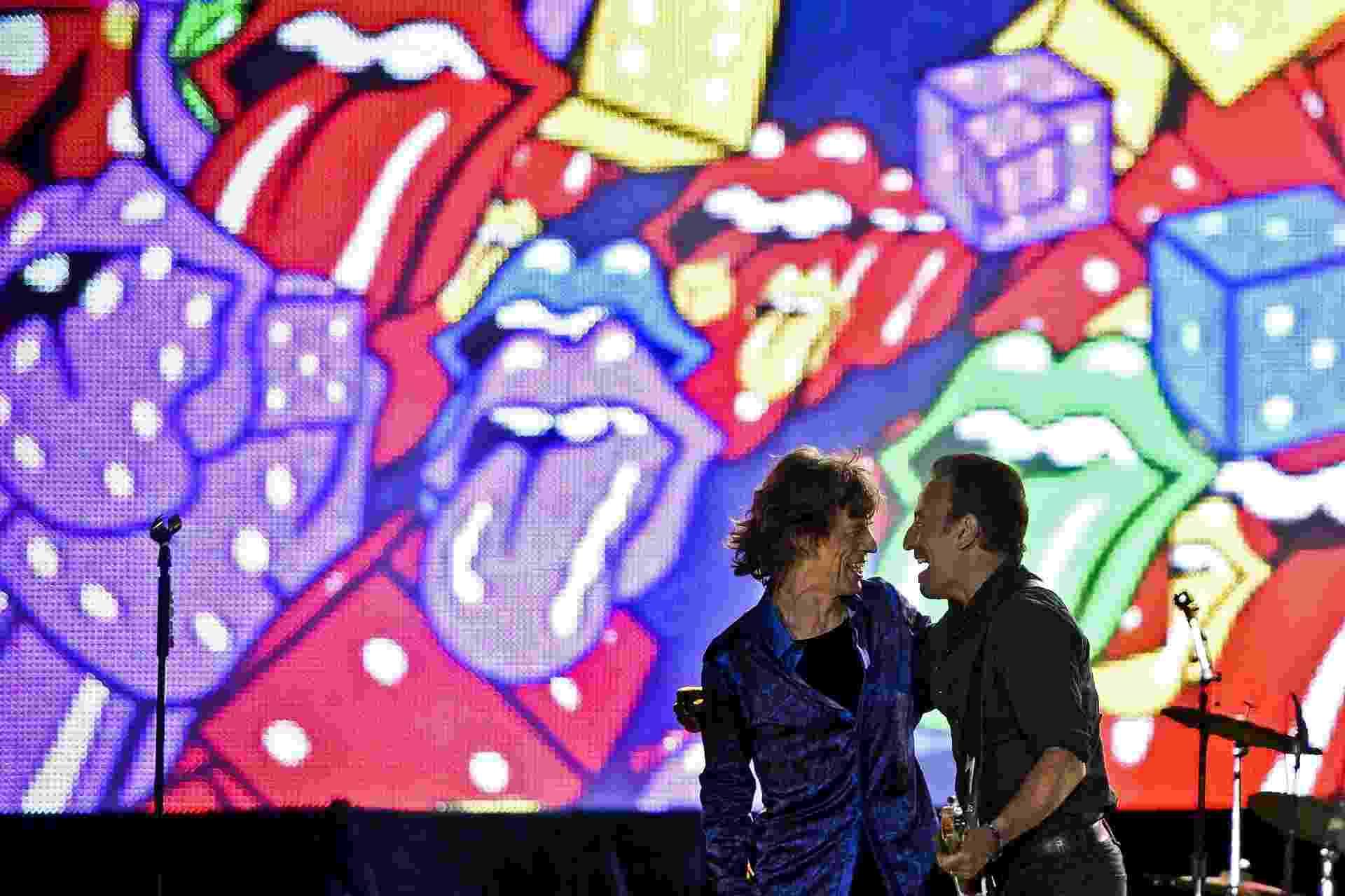29.mai.2014 - Mick Jagger e Bruce Springsteen se abraçam durante show da banda Rolling Stones durante o segundo dia de shows do festival Rock in Rio Lisboa. O evento acontece no Parque da Bela Vista de Lisboa, em Portugal - AFP PHOTO / PATRICIA DE MELO MOREIRA