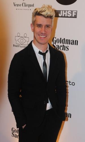 29.mai.2014 - O ator Theodoro Cochrane prestigiou o baile de gala promovido pela ONG BrazilFoundation, em São Paulo