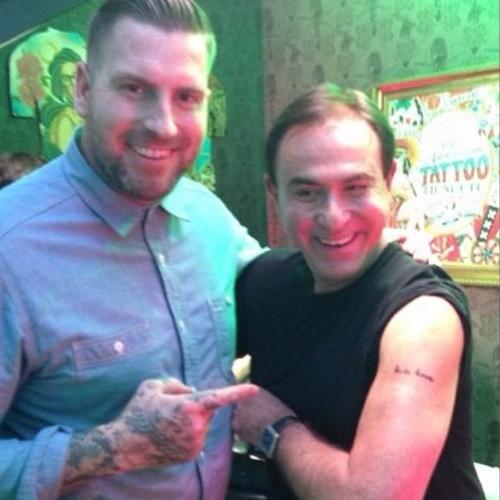 """Amaury Jr. mostra a primeira tatuagem que fez no braço esquerdo, ao lado do tatuador Luke Wessman, do reality """"NY Ink"""". O apresentador escolheu registrar no corpo a abreviação da música """"Keep It Comin Love"""", KCLove. """"Tatuei a música que marcou minha vida com o Luke Wessman. Uma chance dessa só com o Spotify, o maior streaming de música do mundo!"""", falou Amaury em seu Instagram"""