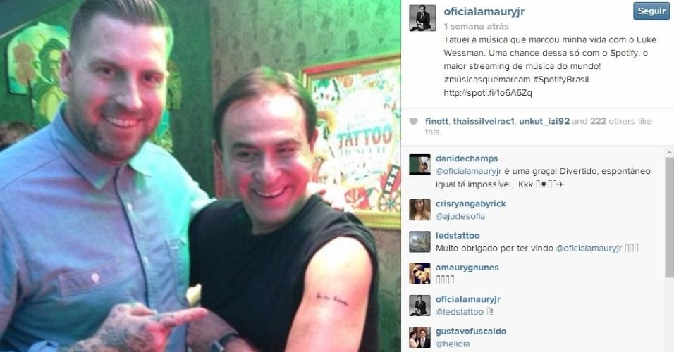 Amaury Jr. mostra a primeira tatuagem que fez no braço esquerdo, ao lado do tatuador Luke Wessman, do reality