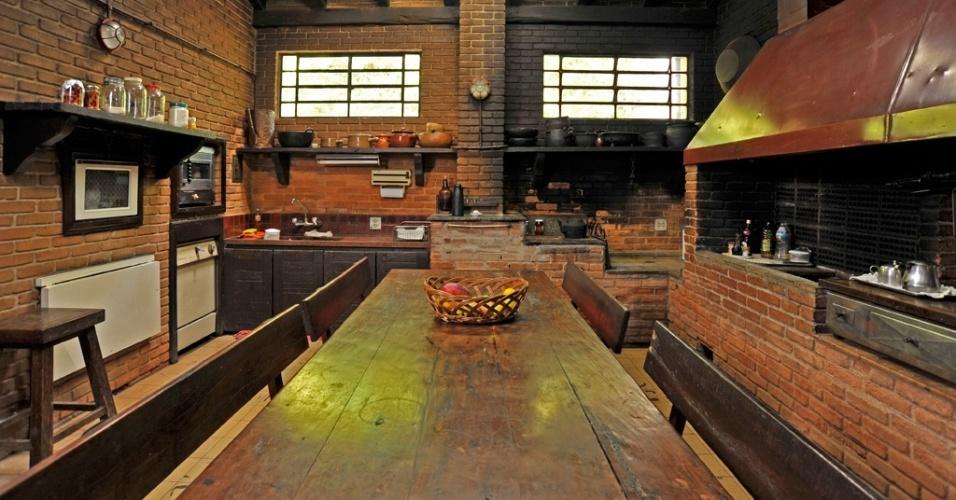 O espaço gourmet, proposto pela designer Viviana Figueiredo, se vale do estilo rústico em sua plenitude. No ambiente, o tijolo à vista é utilizado em conjunto com a madeira de demolição e