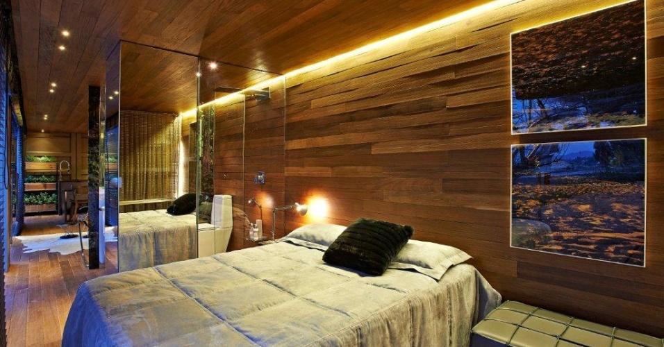 O refúgio rústico foi montado dentro de um contêiner pela arquiteta Cristina Menezes. Nas paredes, o revestimento em ipê dá textura e aquece o espaço. Em estilo campestre, o quarto, porém, tem elementos modernos como a iluminação indireta embutida e o armário revestido por espelhos