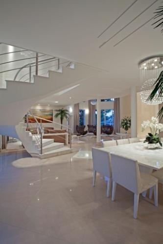Na casa de veraneio do meio-campista da seleção brasileira Oscar, em Americana (SP), os ambientes sociais são integrados e dão acesso ao jardim externo. O projeto de arquitetura é de Aquiles Kílaris