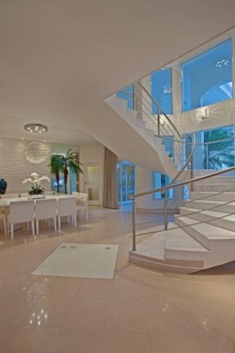 A escada monumental é um elemento constante nos projetos do arquiteto Aquiles Kílaris. Na casa especialmente criada para o jogador da seleção brasileira Oscar, em Americana (SP), não foi diferente. Da escadaria curva é estruturada em mármore e metal e dela é possível visualizar toda a área de lazer, através das vidraças