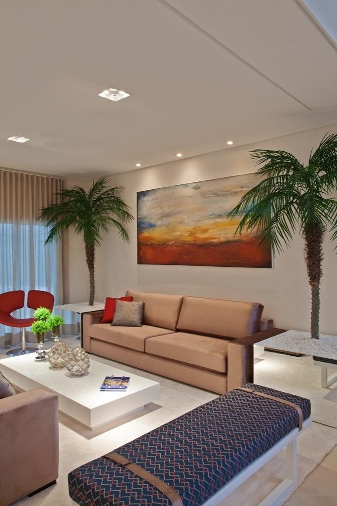 Uma paleta de cor neutra predomina na casa do meio-campista Oscar, em Americana (SP), com o complemento de elementos coloridos e estampados. O projeto de arquitetura é de Aquiles Kílaris e o design de interiores é de Iara Kílaris