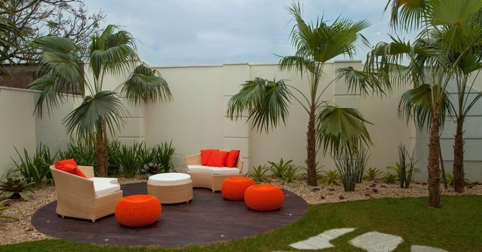 Na casa do jogador Oscar, em Americana (SP), os pufes de fibra laranja foram acrescentados à ambientação da área de lazer para conferir um efeito lúdico. O design de interiores e o paisagismo têm a assinatura de Iara Kílaris