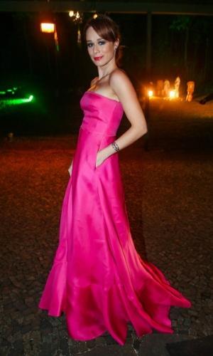 29.mai.2014 - A atriz Mariana Ximenes mostra seu vestido rosa choque no baile de gala promovido pela ONG BrazilFoundation, em São Paulo