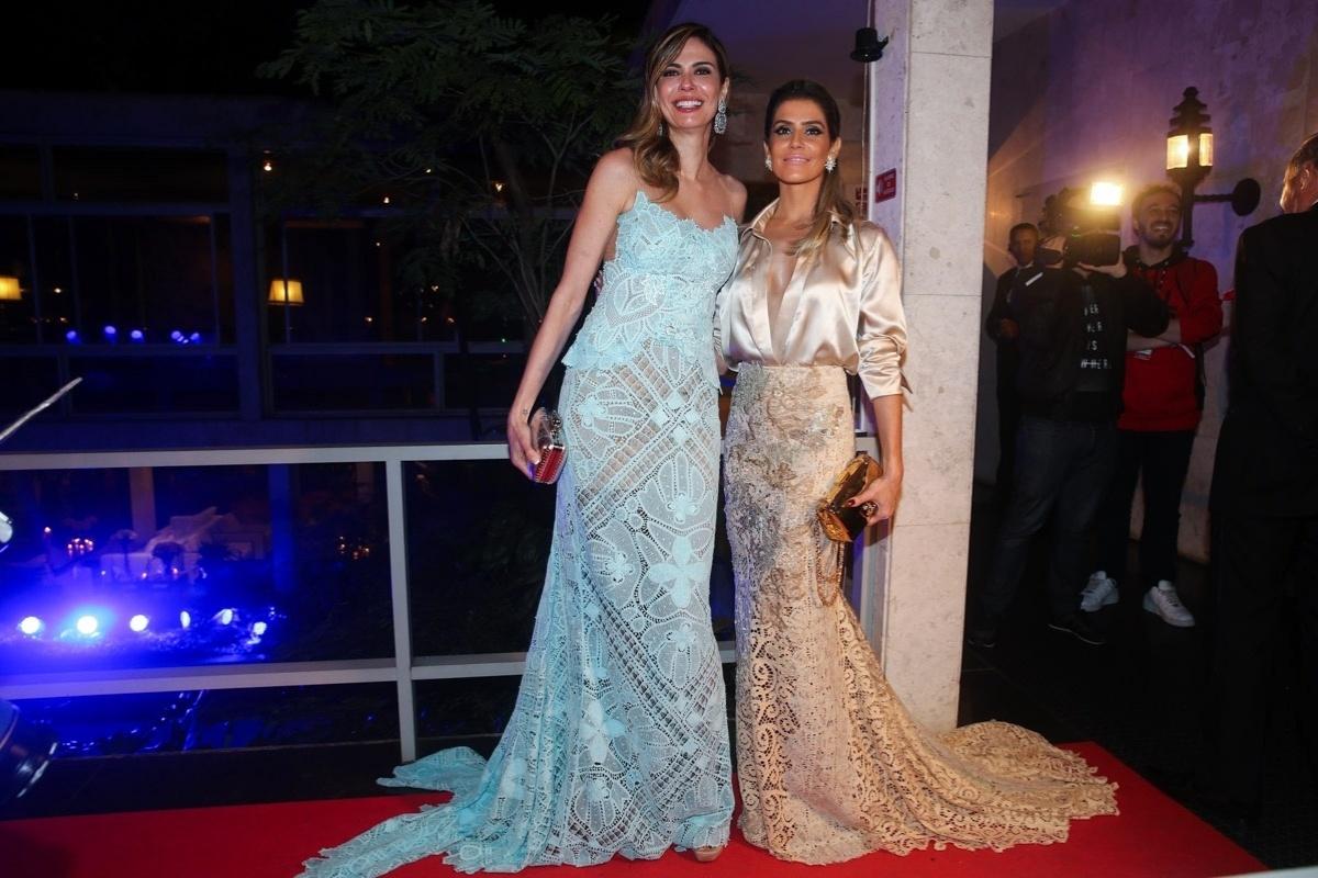 29.mai.2014 - Luciana Gimenez posa ao lado de Deborah Secco no baile de gala promovido pela ONG BrazilFoundation, em São Paulo