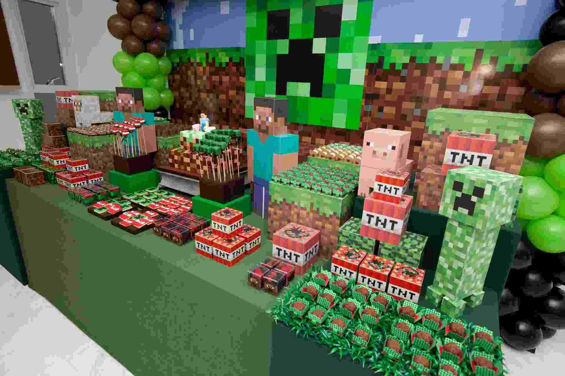 O game Minecraft, que pode ser jogado em computadores, tablets e videogames, é uma febre entre as crianças e começa a ser pedido como tema de aniversários. Nele, a criança constrói mundos, com infinitas possibilidades de combinação de materiais, e lida com seus habitantes. Nessa festa, a decoradora Juliana Fête, da Fête (http://www.fete.net.br/), apostou na reprodução do personagem Creepy com céu no topo e nuvens em formato retangular para a decoração da mesa principal - Divulgação