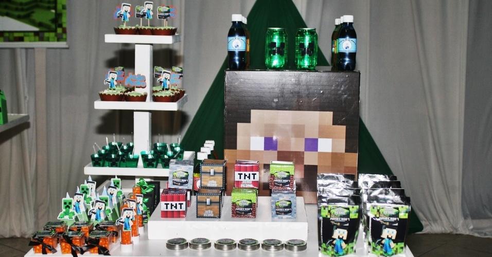 Os blocos de madeira, de TNT, de baú e de grama, elementos do jogo Minecraft, viraram caixas e foram recheados com doces. Um cubo de MDF foi adesivado com o rosto do personagem Steve e serviu de apoio para os refrigerantes, caracterizados como as poções conquistadas no jogo