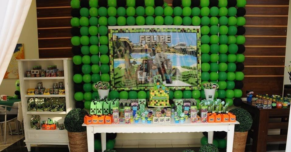 A decoradora Krysna Castro, da Oficina da Kika (www.oficinadakika.com.br), criou uma decoração inspirada no game Minecraft com diversos balões verdes e fez um painel com o nome do aniversariante