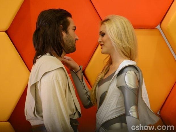 Megan faz de tudo para seduzir Davi