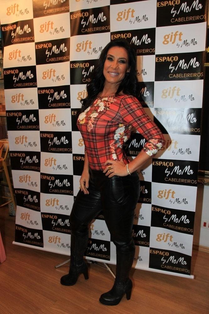 30.mai.2014 - Scheila Carvalho prestigia a inauguração de um salão de cabeleireiros na Vila Nova Conceição, zona oeste de São Paulo