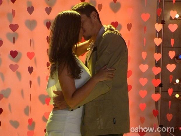 Bárbara quase beija Murilo em ensaio para Marina