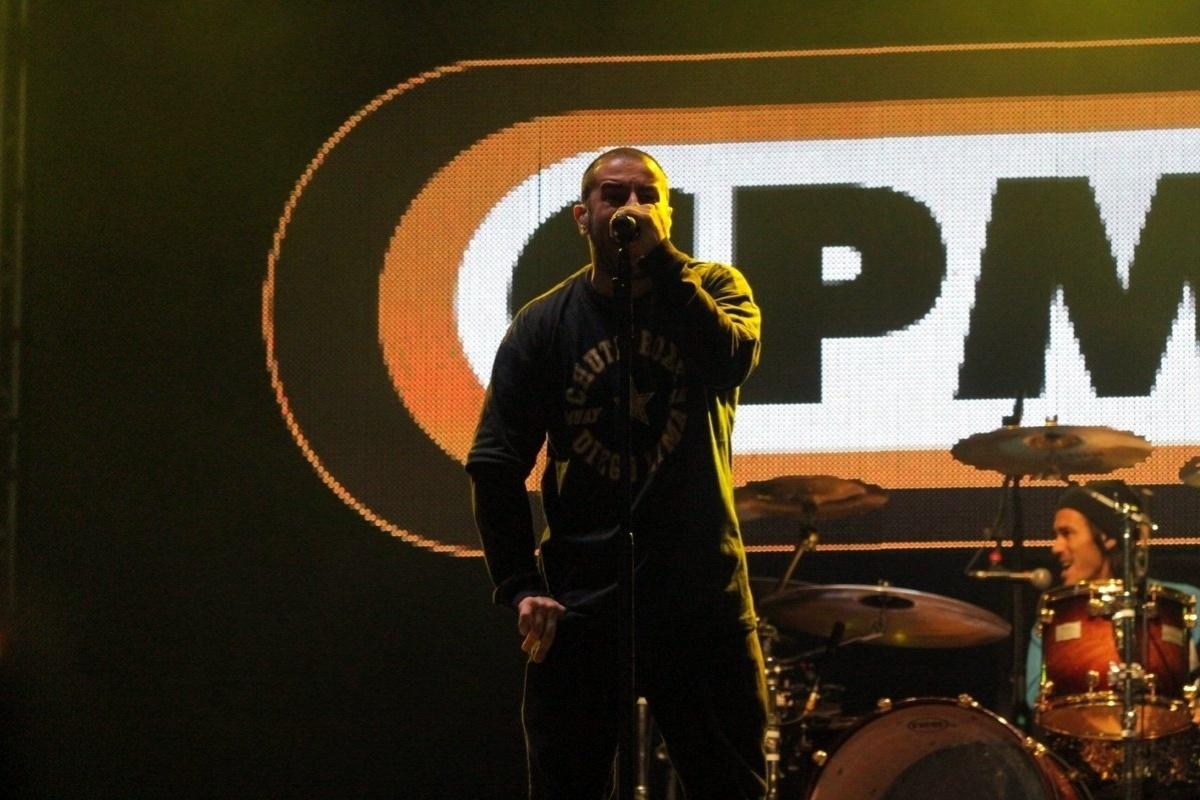 31.mai.2014 - Badauí (voz) e Japinha (bateria) do CPM 22 subiram ao palco do João Rock na noite deste sábado (31)