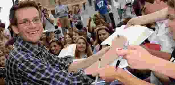 08.mai.2014 - O escritor John Green autografa livros durante evento com fãs em Nashville, nos EUA - AFP