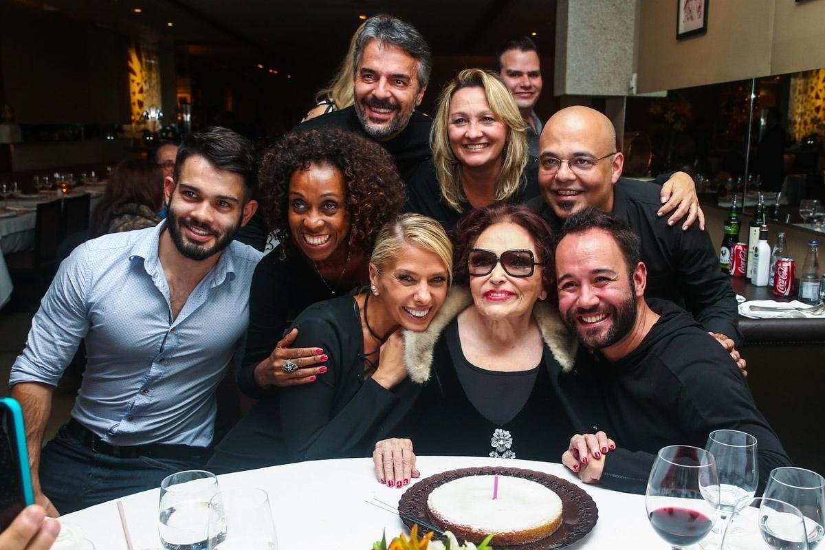 1.jun.2014 - Bibi Ferreira posa com Adriane Galisteu e sua equipe após comemorar seu aniversário de 92 anos. O evento aconteceu em um restaurante nos Jardins, em São Paulo