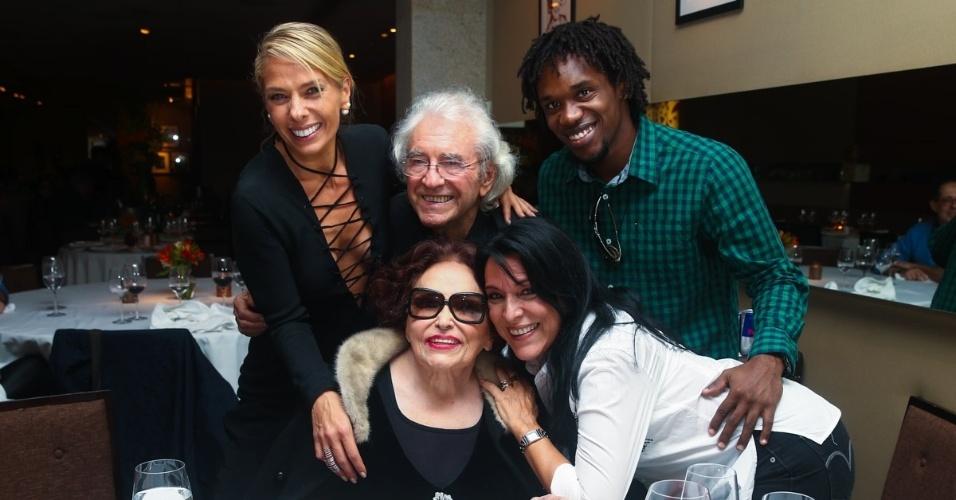 1.jun.2014 - Bibi Ferreira posa com Adriane Galisteu, Juca de Oliveira, a filha Tina Ferreira e o marido dela durante a comemoração de seus 92 anos. O evento aconteceu em um restaurante nos Jardins, em São Paulo