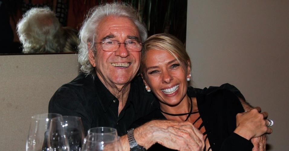 1.jun.2014 - Juca de Oliveira e Adriane Galisteu posam juntos durante comemoração do aniversário de 92 anos de Bibi Ferreira, em São Paulo