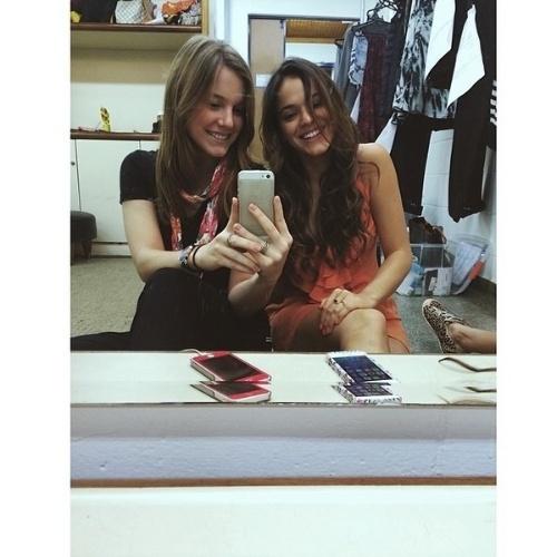 """2.jun.2014 - Alice Wegmann fez uma homangem à amiga Bruna Marquezine. """"Minha kedma musa! Sempre fico tãaao feliz quando te encontro!!!"""", disse Wegmann. As duas, que contracenaram na novela """"Em Família"""", registraram o encontro ao fazer uma foto selfie em frente ao espelho"""