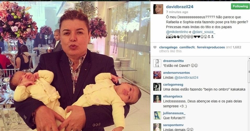 2.jun.2014 - David Brazil publica foto com as gêmeas de Dentinho e Danielle Souza.