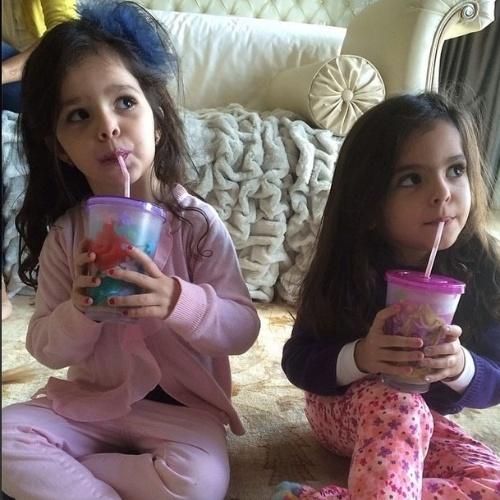 """2.jun.2014 - O cantor Luciano, da dupla com o irmão Zezé di Camargo, posta foto das gêmeas Helena e Isabella e se declara para a esposa Flávia. """"Meus amores!!! Vi, obrigado por me dar filhas tão especiais. Te amo!! """""""