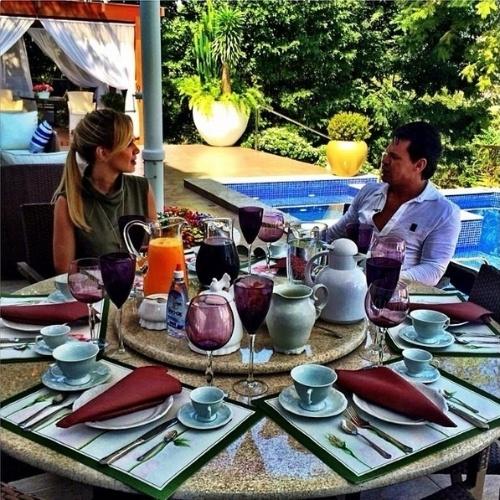"""2.jun.2014 - Eliana visitou a casa de Eduardo Costa, em Goiânia, e aproveitou para conversar com o sertanejo em uma mesa de café à beira da piscina. """"Neste momento com o querido @eduardocostacantor. Diretamente de Goiânia. Papo bom demais!"""", disse a apresentadora do SBT em sua página do Instagram"""