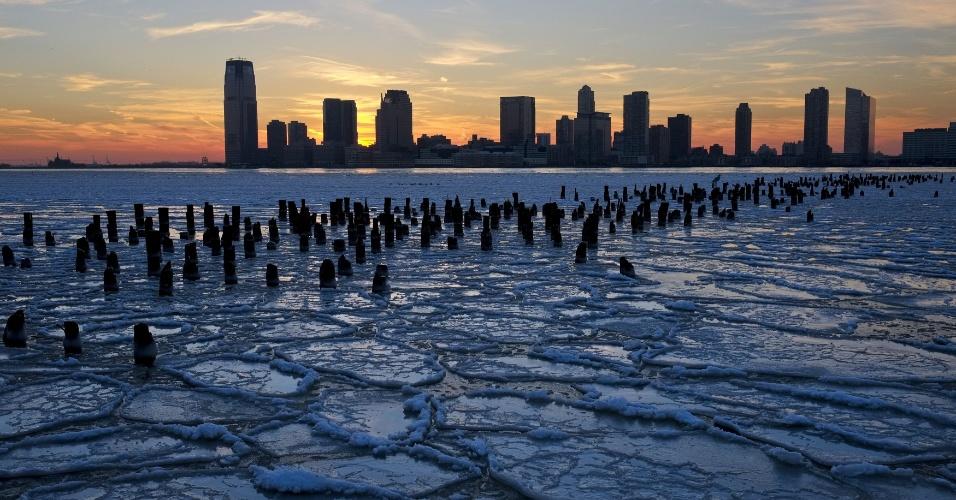 Durante o inverno norte-americano, as águas congeladas do rio Hudson, em Nova York, ganham uma beleza especial à luz pôr do sol