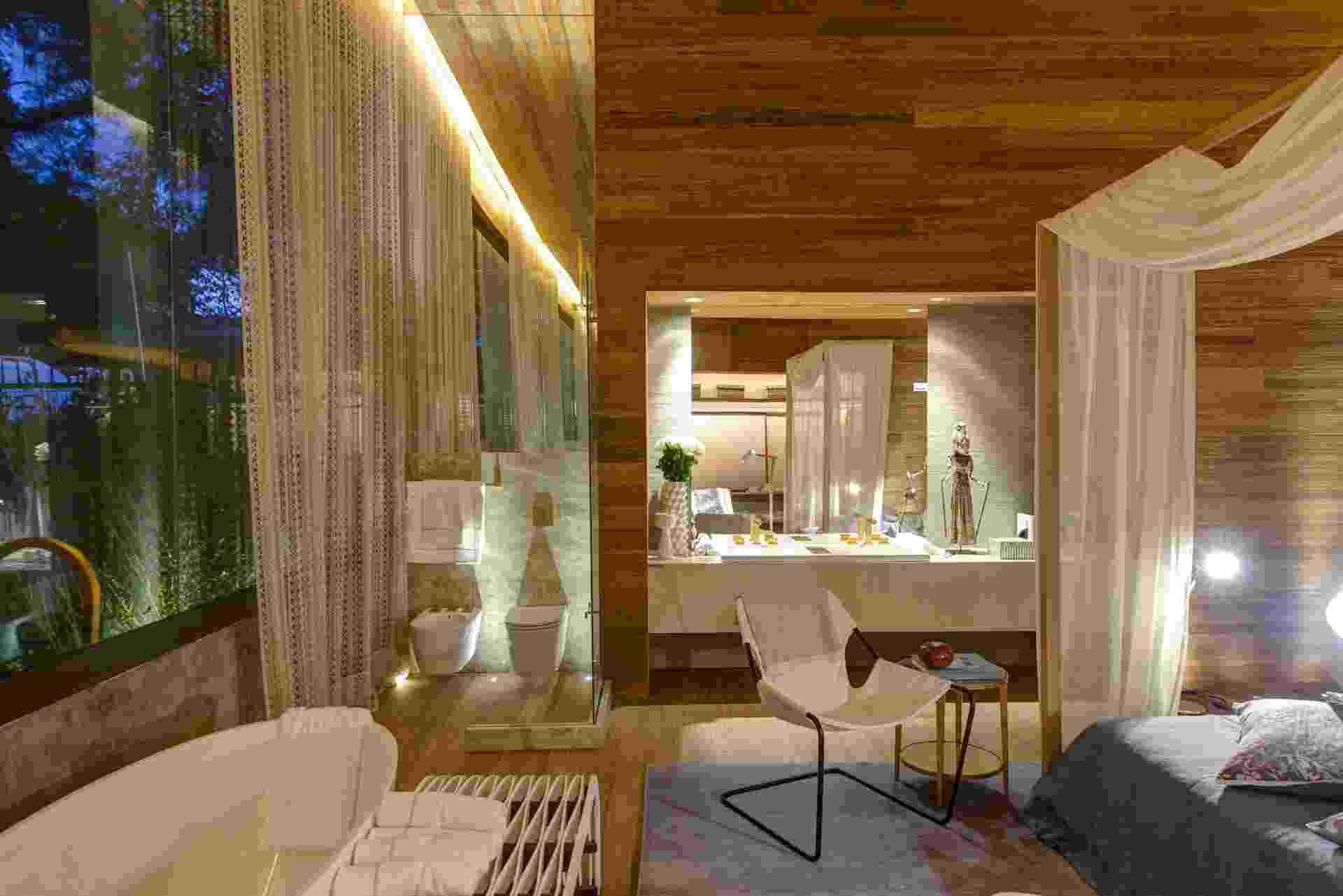 No banheiro do loft Casa³, projetado por Denise Barretto, o branco das louças e da bancada combina com o revestimento de bambu do piso e paredes. O tecido leve do dossel também se alinha à cortina de crochê da área íntima. A 28ª edição da Casa Cor SP apresenta 79 ambientes até dia 20 de julho de 2014, no Jockey Club de São Paulo, na Av. Lineu de Paula Machado, 1173. Outras informações: www.casacor.com.br - Katia Kuwabara/UOL