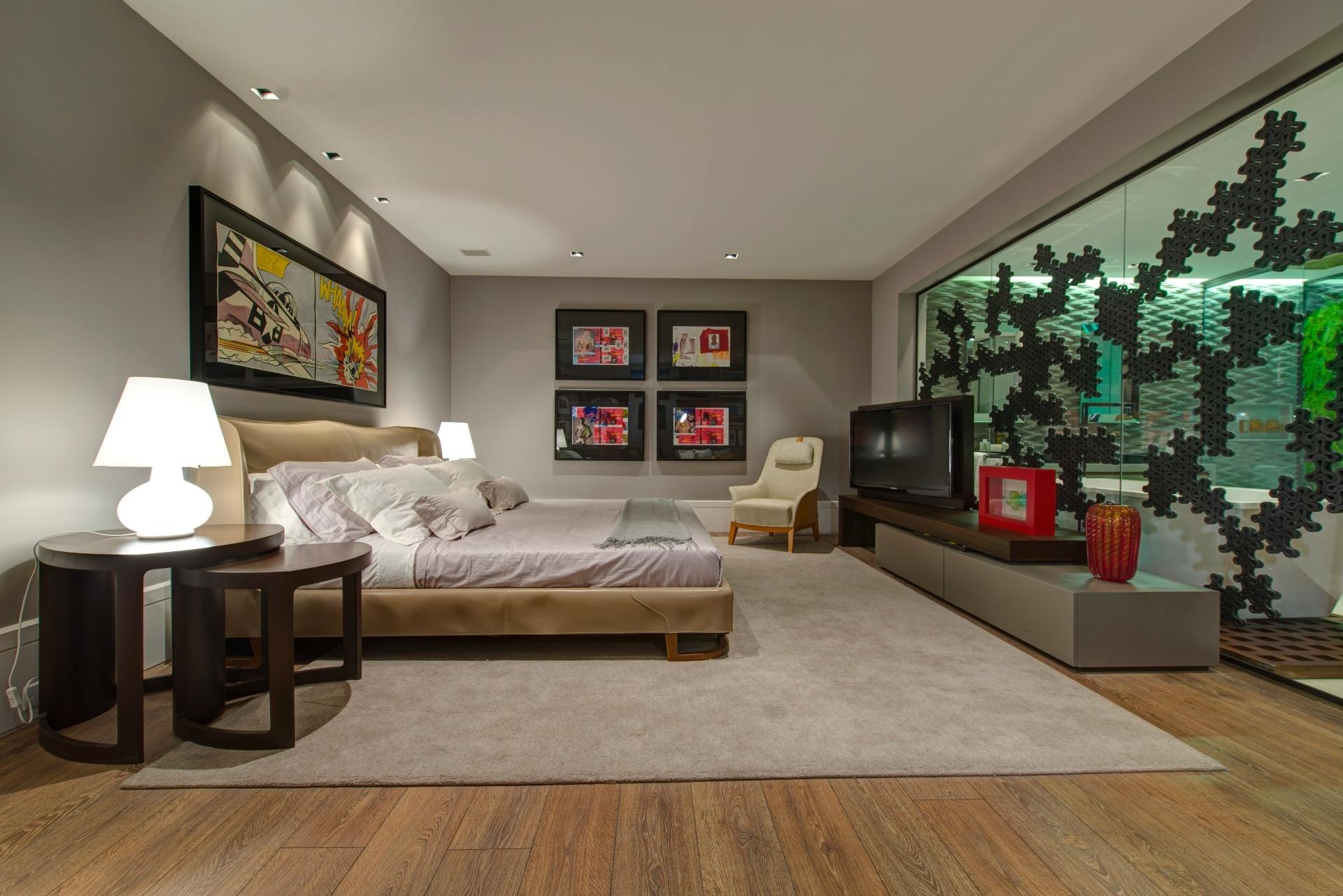 Pela primeira vez na mostra, o designer de interiores Oscar Mikail assina o Loft dos Colecionadores, pensado para um casal homossexual. O quarto tem uma proposta