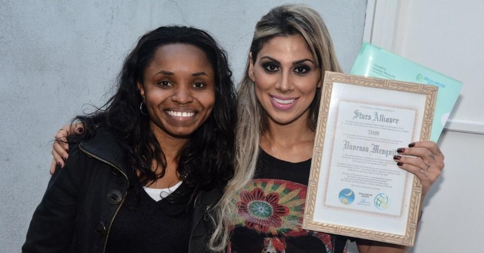 """3.jun.2014 - A ex-BBB Vanessa Mesquita ganhou uma """"estrela"""" após um ensaio fotográfico que fez em São Paulo. A campeã do """"BBB14"""" ainda recebeu um certificado do presente inusitado, com as coordenadas de sua estrela. """"Vanessa Mesquita, uma estrela no universo foi batizada com o seu nome"""", diz o certificado"""