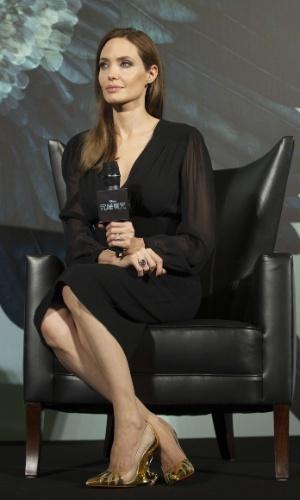 """3.jun.2014 - Angelina Jolie usa sapatos personalizados para promover o filme """"Malévola"""", em Shangai, na China"""