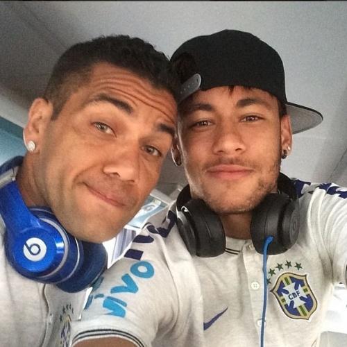 3.jun.2014 - Antes de amistoso, Neymar e Daniel Alves fazem selfie
