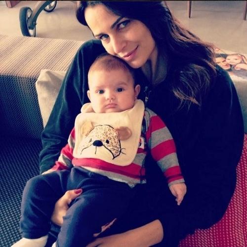 """3.jun.2014 - Fernanda Motta comemora os três meses da filha Chloe, fruto da união com o empresário Róger Rodrigues """"3 meses de um amor incondicional, puro, verdadeiro... Te amo filha!!!!"""", escreveu a modelo"""