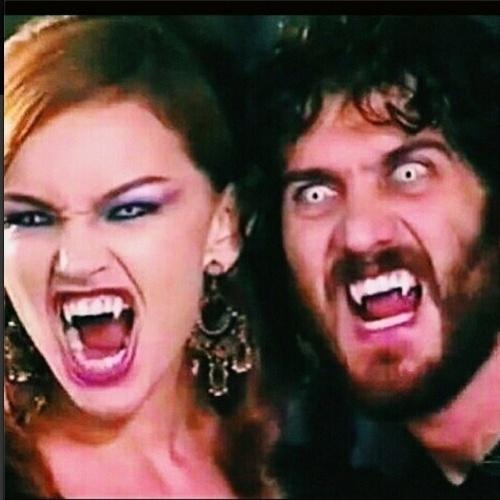 """3.jun.2014 - Gabriel Braga Nunes resgatou uma foto da época em que fez a novela """"O Beijo do Vampiro"""", de 2003, ao lado de Julia Lemmertz. O ator aproveitou a imagem para fazer uma brincadeira com o romance entre Helena e Laerte, na novela """"Em Família"""". """"Esse amor vem de outras vidas, hehe..."""", escreveu Gabriel na legenda da imagem, na qual os dois aparecem caracterizados como vampiros"""