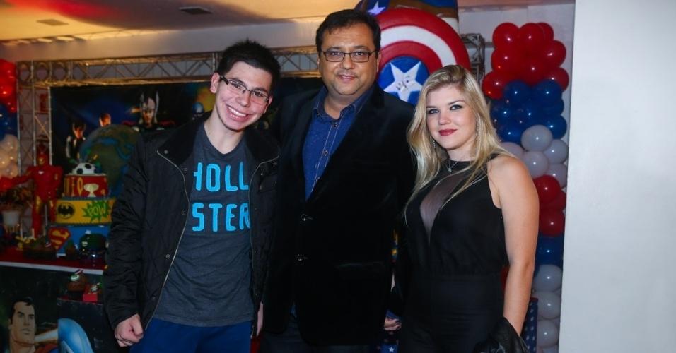 3.jun.2014 - Geraldo Luiz vai com a namorada, Thamires, e o filho, João, ao aniversário de Theo, filho do produtor musical Marco Camargo, em São Paulo.