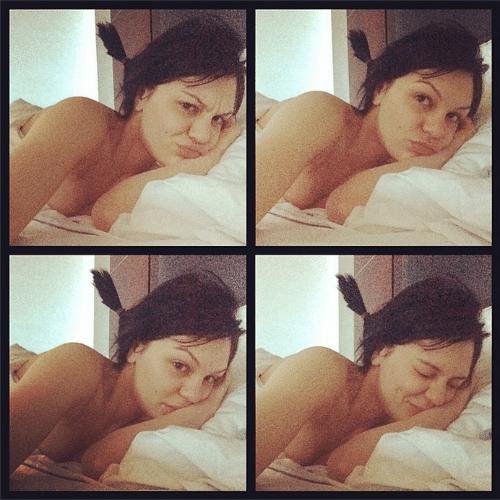 3.jun.2014 - Jessie J faz uma selfie enrolada em um lençol e posta a imagem em seu Instagram