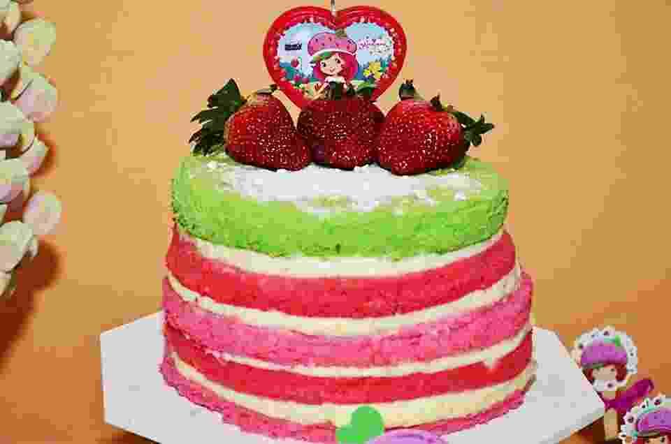 Naked cake feito com corante comestível, recheado com creme de leite condensado. R$ 32 o quilo. Da confeitaria Bolos & Cia (www.confeitariabolosecia.com.br). Preço pesquisado em junho de 2014 e sujeito a alterações - Divulgação