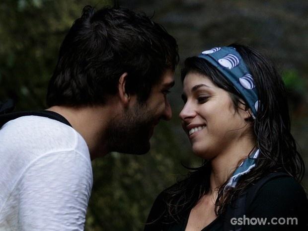 Manu e Davi quase se beijam, mas engenheira segura vontade