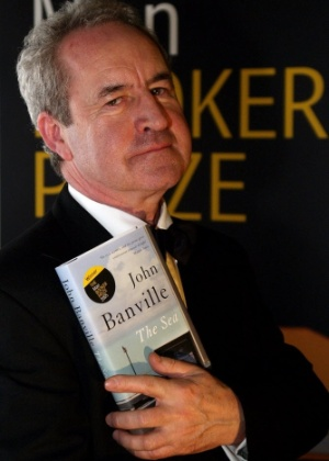 "10.out.2005 - O escritor irlandês John Banville segura nas mãos o livro ""The Sea"" - AFP"