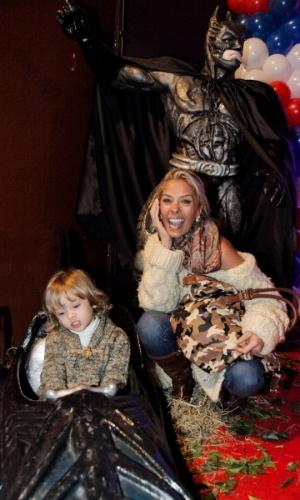 3.jun.2014 - Adriane Galisteu se diverte com o filho, Vittorio, na festa de aniversário de quatro anos de Theo, caçula do produtor musical Marco Camargo, em buffet de São Paulo