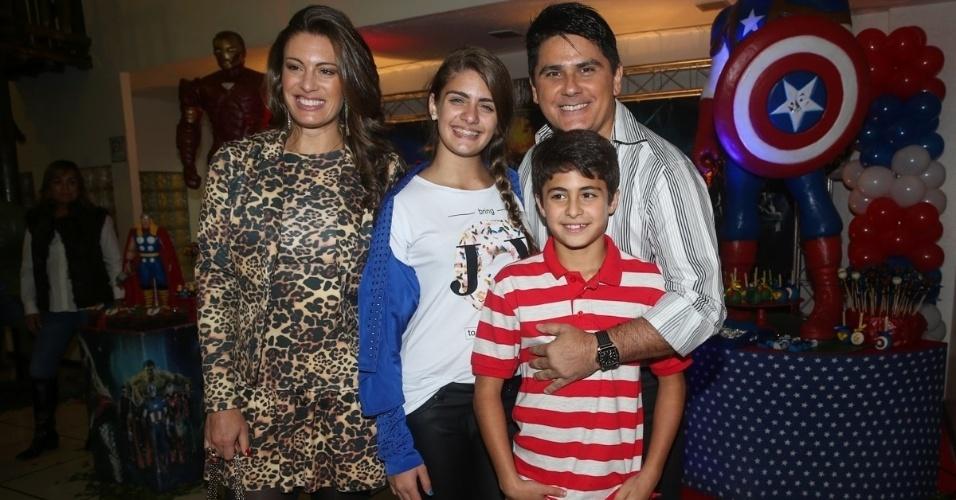 3.jun.2014 - César Filho e Elaine Mickely levam os filhos Luma e Luigi ao aniversário de quatro anos de Theo, caçula do produtor musical Marco Camargo, em buffet de São Paulo