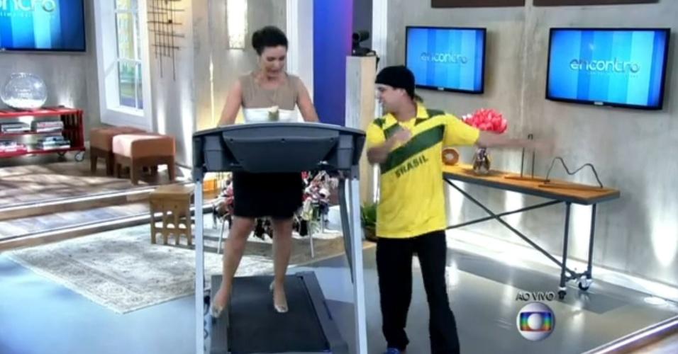 """4.jun.2014 - Com salto e na esteira ergométrica, Fátima Bernardes dança ao vivo no """"Encontro"""", da Globo"""