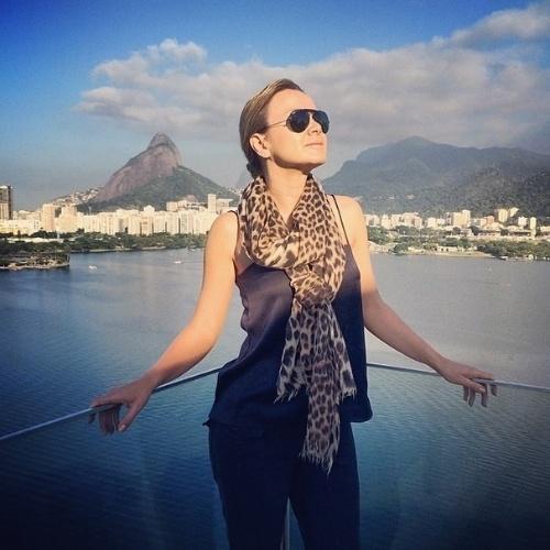 """4.jun.2014 - Eliana curtiu a manhã de sol no Rio de Janeiro. Estilosa, a apresentadora postou uma foto na qual aparece usando um lenço de oncinha com o Pão de Açúcar na paisagem ao fundo. """"Rio que me faz tão bem. Thank God! #hojepelamanha #rio"""", escreveu."""