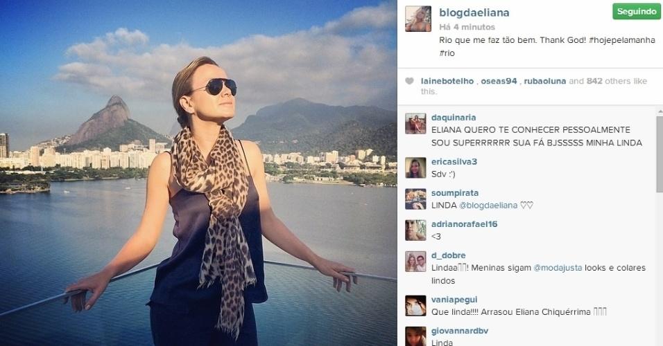 4.jun.2014 - Eliana curtiu a manhã de sol no Rio de Janeiro. Estilosa, a apresentadora postou uma foto na qual aparece usando um lenço de oncinha com o Pão de Açúcar na paisagem ao fundo.