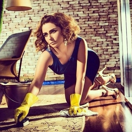 """4.jun.2014 - Giovanna Antonelli postou uma foto em seu Instagram na qual aparece fazendo faxina. O registro faz parte de um ensaio fotográfico que a atriz fez para o seu site oficial, intitulado """"Uma Rosa Sem Espinhos"""""""