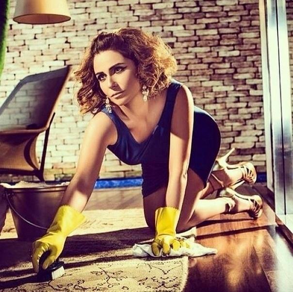 4.jun.2014 - Giovanna Antonelli postou uma foto em seu Instagram na qual aparece fazendo faxina. O registro faz parte de um ensaio fotográfico que a atriz fez para o seu site oficial, intitulado