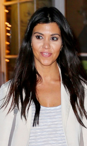 4.jun.2014 - Kourtney Kardashian, irmã da estrela de reality show Kim Kardashian, exagerou no corretivo que usou nas olheiras e nas bochechas e acabou ficando com parte do rosto esbranquiçado. A socialite passeava com o seu marido, Scott Disick, em Nova York, Estados Unidos
