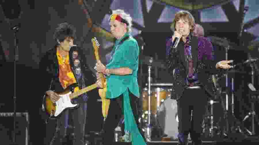 Ronnie Wood (à esquerda, de amarelo), Keith Richards e Mick Jagger durante apresentação dos Rolling Stones em Tel Aviv, Israel - AFP